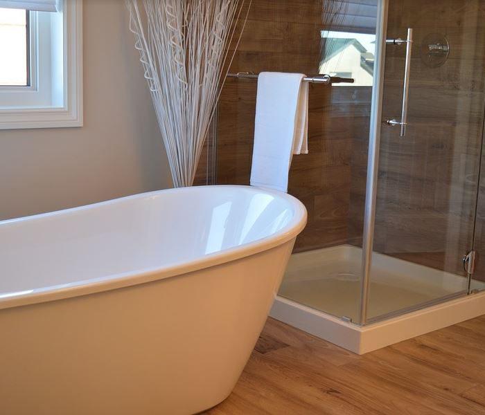 ¿Plato de ducha o bañera? Claves para decidirte