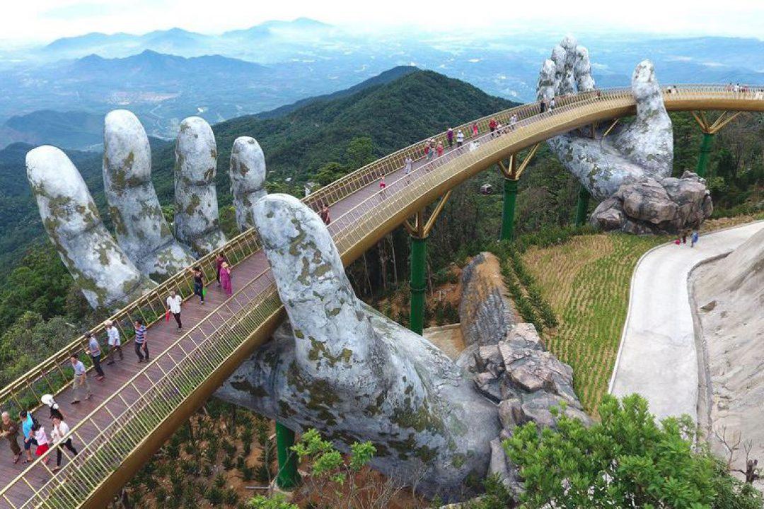 Las manos de un 'gigante' sostienen uno de los puentes más curiosos de Vietnam