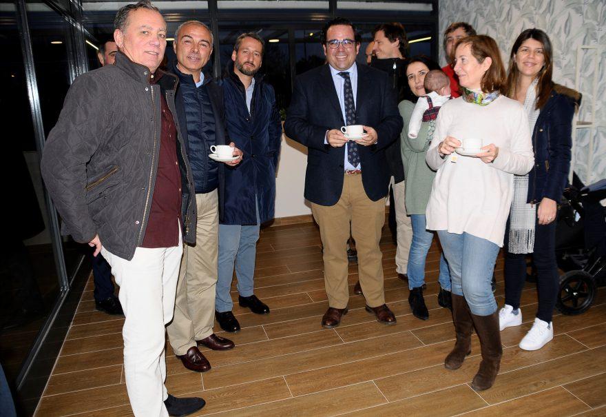 El alcalde de Boadilla del Monte con los vecinos de la promoción Terrazas de los Fresnos I.