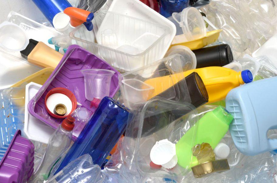 Reciclar plástico en casa es muy sencillo con estas ideas