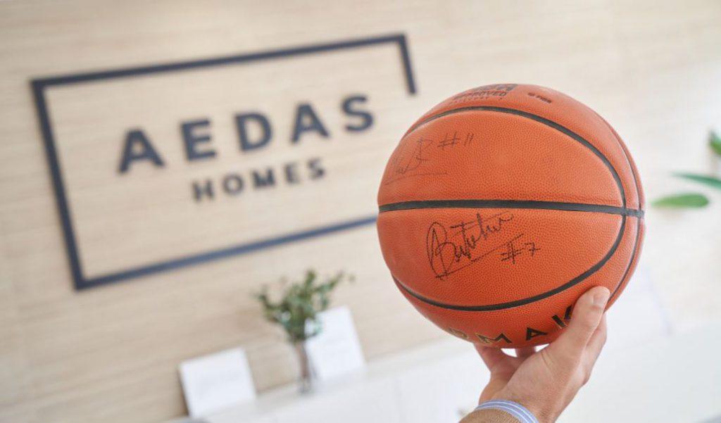 Un balón firmado por los jugadores del Fundación CB Granada en la oficina de AEDAS Homes-2